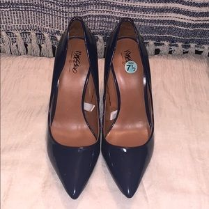 Pointed toe Navy pumps